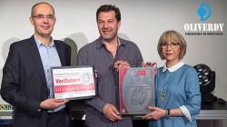 Jean-Michel Plantard (à gauche) remet solennellement à Olivier Dufresne et son épouse Isabelle la précieuse certification VeriSelect Formation Professionnelle.